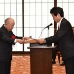 表彰状を授与される遠藤会長