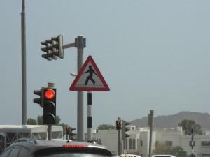 歩行者に注意(全国共通ヨタヨタ歩きの標識。何か手が長すぎるような…)